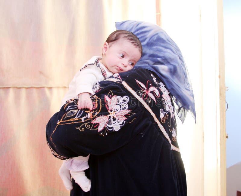 Bébé nouveau-né égyptien arabe avec la grand-mère photo libre de droits