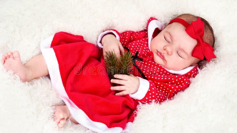 Bébé nouveau-né adorable dans le costume de Santa photographie stock libre de droits