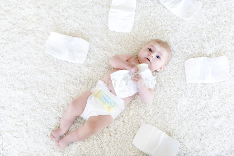 Bébé nouveau-né adorable mignon de 3 mites avec des couches-culottes Fille ou garçon minuscule de Hapy petite regardant l'apparei image stock