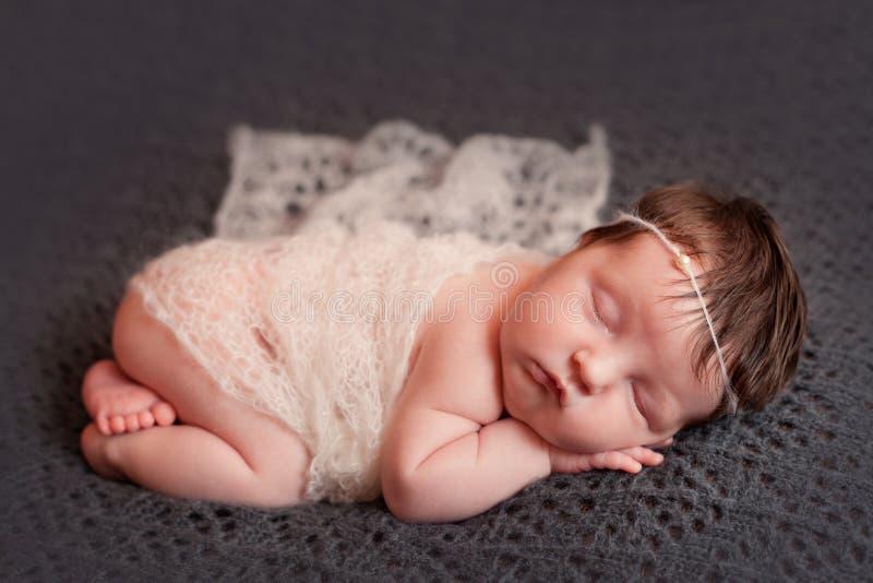 Bébé nouveau-né dans l'ensemble blanc de châle images libres de droits