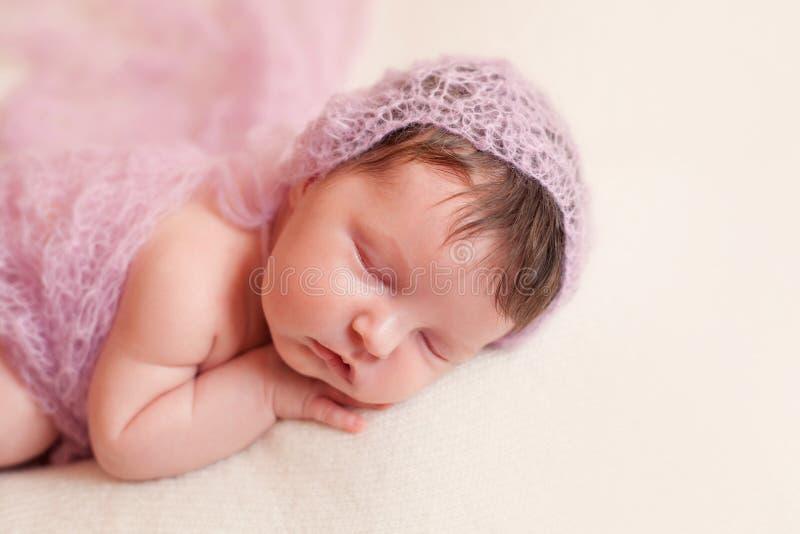 Bébé nouveau-né dans l'ensemble rose de châle photo libre de droits