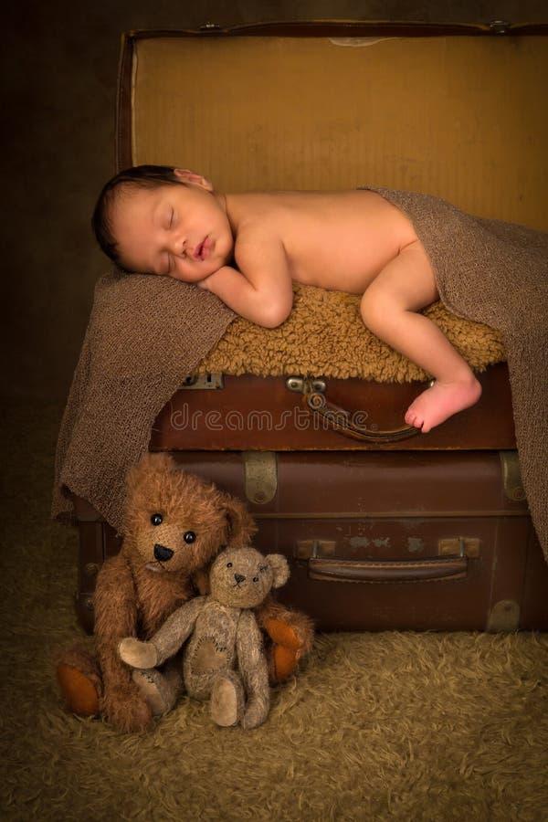 Bébé nouveau-né dans la valise photo libre de droits