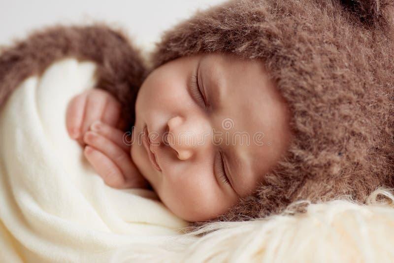 Bébé nouveau-né de sommeil dans une enveloppe photos libres de droits