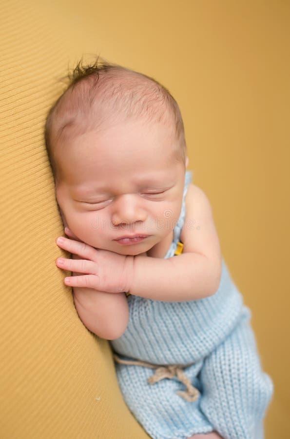 Bébé nouveau-né dormant sur la couverture photo stock