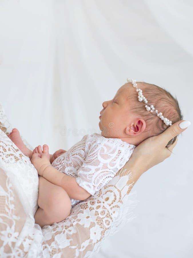 Bébé nouveau-né doux dans les mains de la mère photos stock
