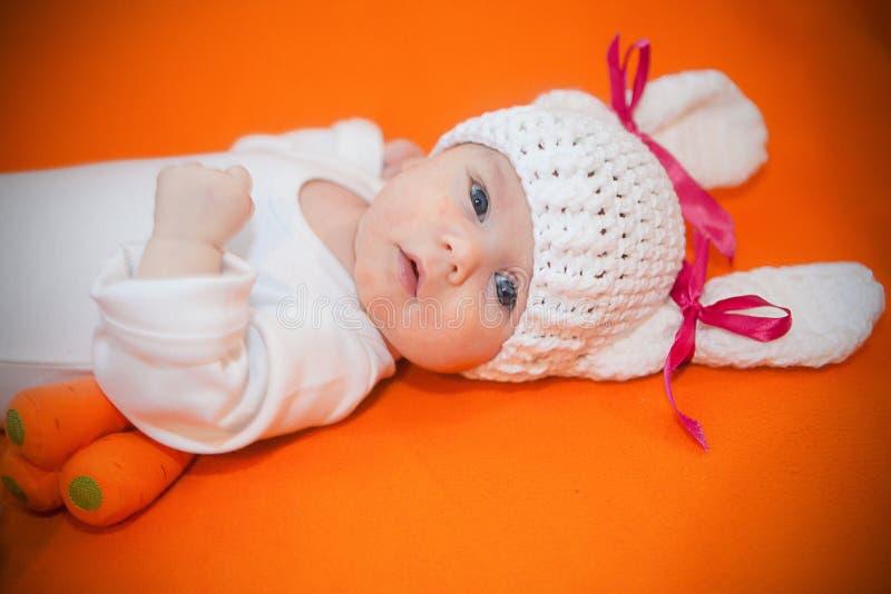 Bébé nouveau-né mignon adorable habillé dans le costume de lapin image libre de droits