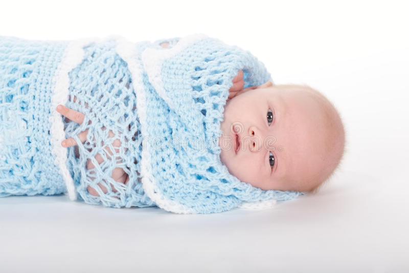 Bébé nouveau-né mignon dans la couverture images stock