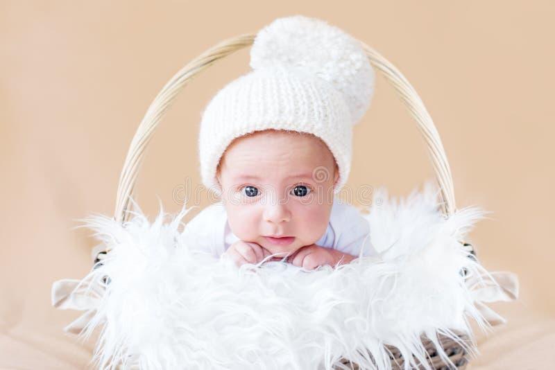 Bébé nouveau-né mignon dans le chapeau tricoté images libres de droits