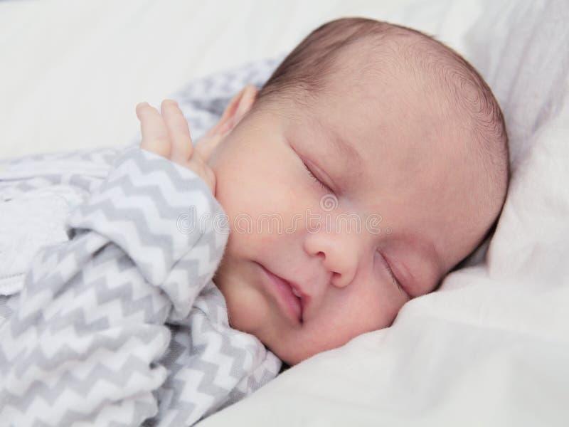 Bébé nouveau-né mignon dormant, plan rapproché de visage images stock