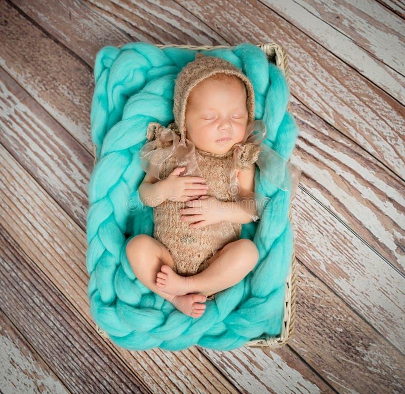 Bébé nouveau-né mignon sur la couverture de turquoise dans le berceau photos stock