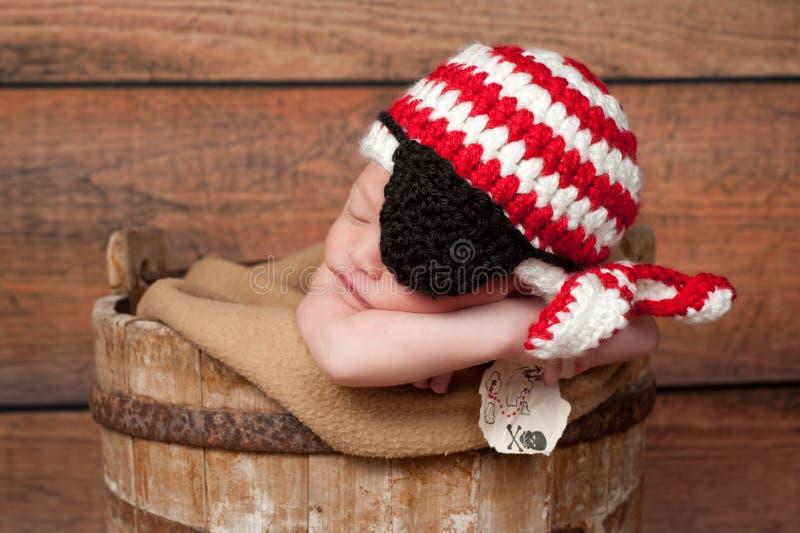 Bébé nouveau-né portant une correction de chapeau et d'oeil de pirate photographie stock libre de droits