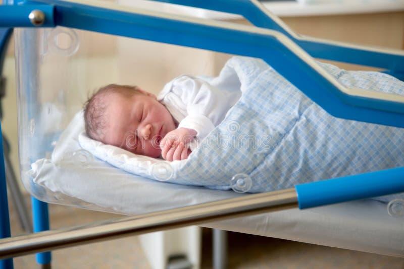 Bébé nouveau-né s'étendant dans la huche dans l'hôpital prénatal images stock