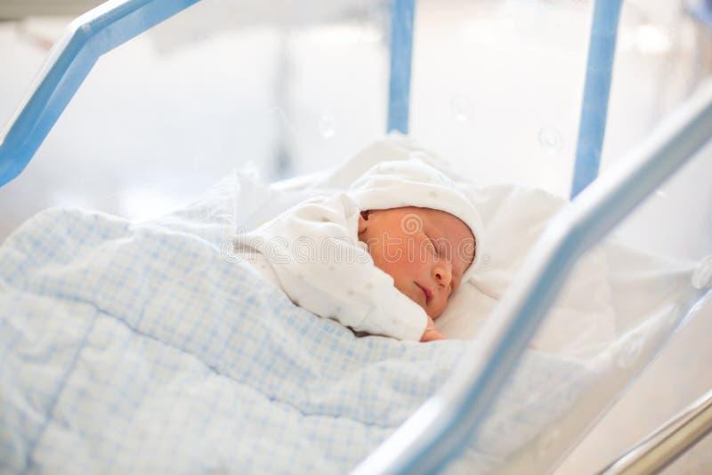 Bébé nouveau-né s'étendant dans la huche dans l'hôpital prénatal photo stock