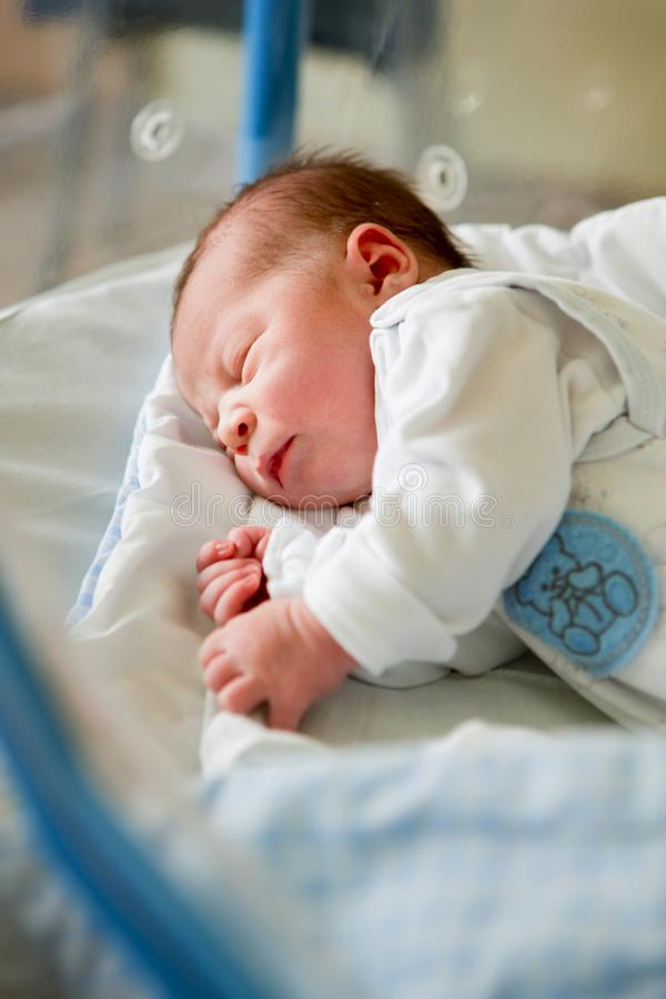 Bébé nouveau-né s'étendant dans la huche dans l'hôpital prénatal images libres de droits