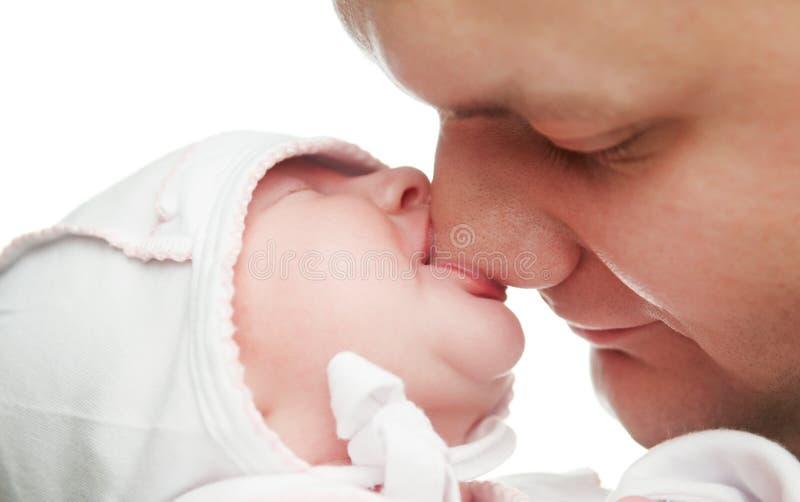 Bébé nouveau-né suçant le nez de père photographie stock