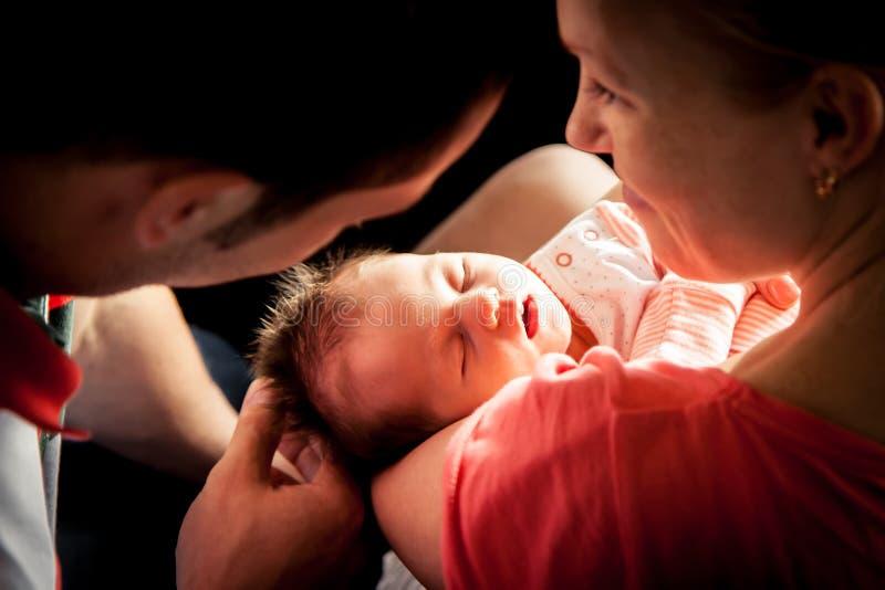 Bébé nouveau-né sur des mains de mère image libre de droits