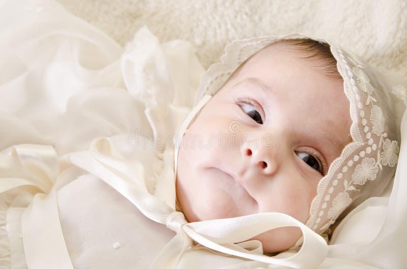 Bébé observé par noir. image libre de droits