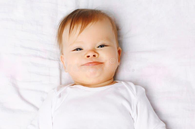 Bébé positif mignon de portrait de plan rapproché sur le lit photo stock
