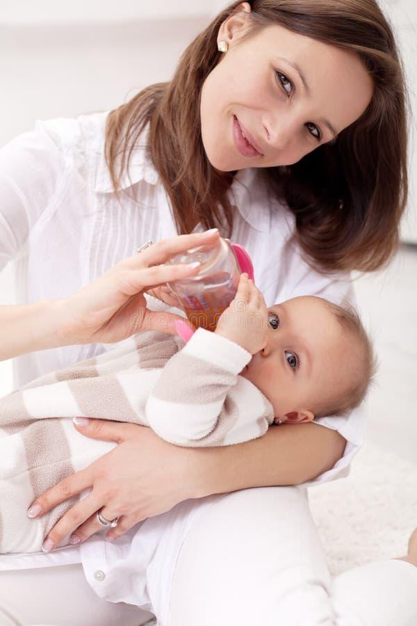 Bébé retenu par sa mère images libres de droits
