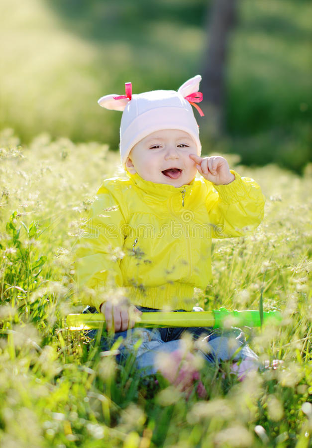 Bébé riant dans l'herbe photos libres de droits