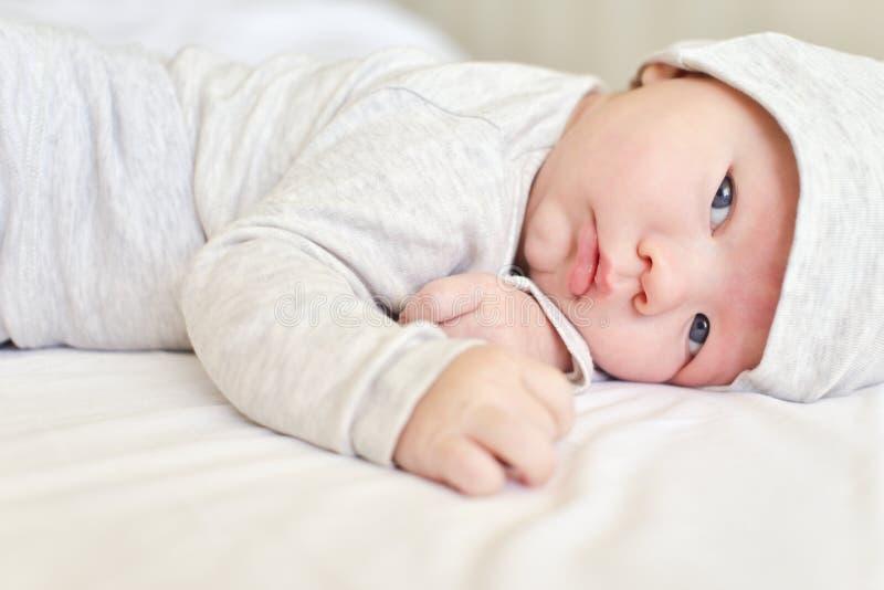 Bébé s'étendant sur le ventre photo libre de droits