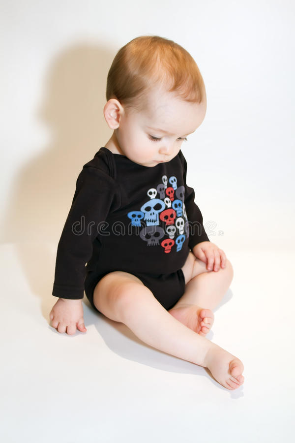 Bébé s'asseyant photographie stock