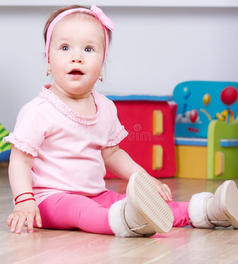 Bébé s'asseyant photos libres de droits