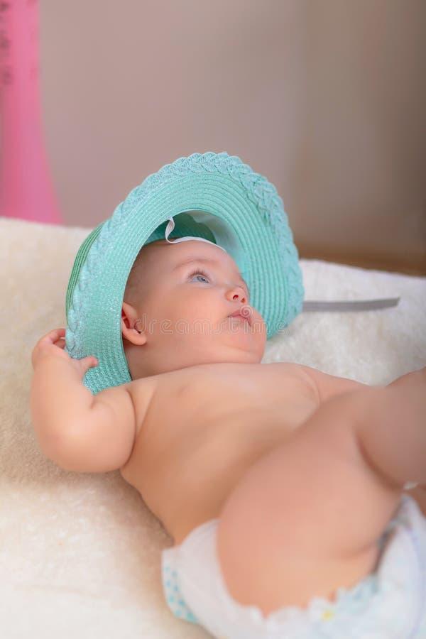 Bébé s'asseyant sur le lit images libres de droits