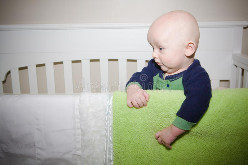 Bébé se tenant dans la huche images libres de droits