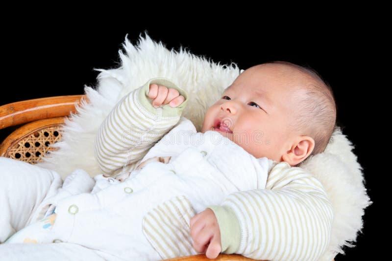 Bébé se trouvant sur la chaise photographie stock