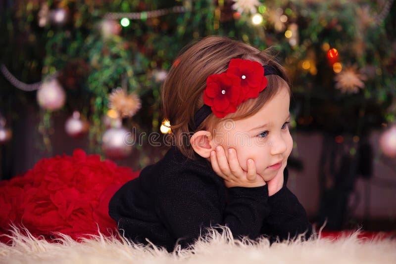 Bébé sous l'arbre de Noël photographie stock