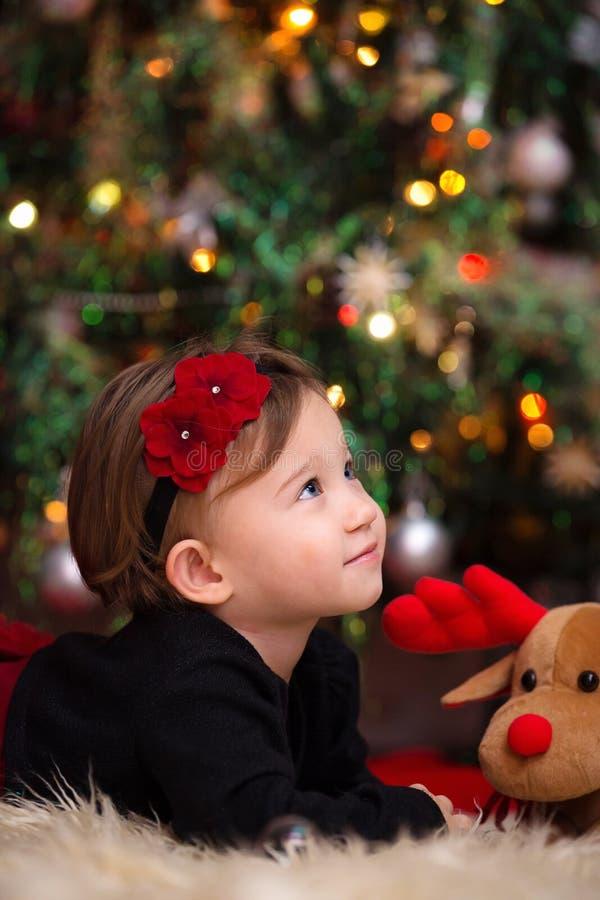 Bébé sous l'arbre de Noël photos libres de droits