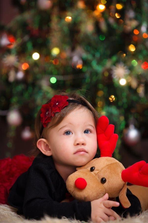 Bébé sous l'arbre de Noël images stock