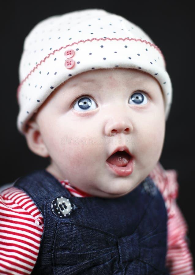 Bébé stupéfait avec de grands œil bleu image stock