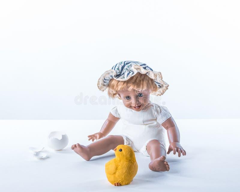 Bébé stupéfait regardant le poussin né photographie stock