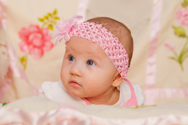 Bébé sur la couverture de fleur photos stock
