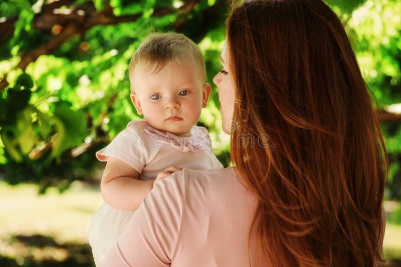 Bébé sur la main de mère photos stock