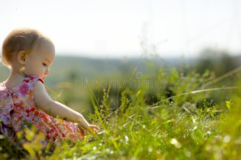 Bébé sur le bord d'une falaise photo libre de droits