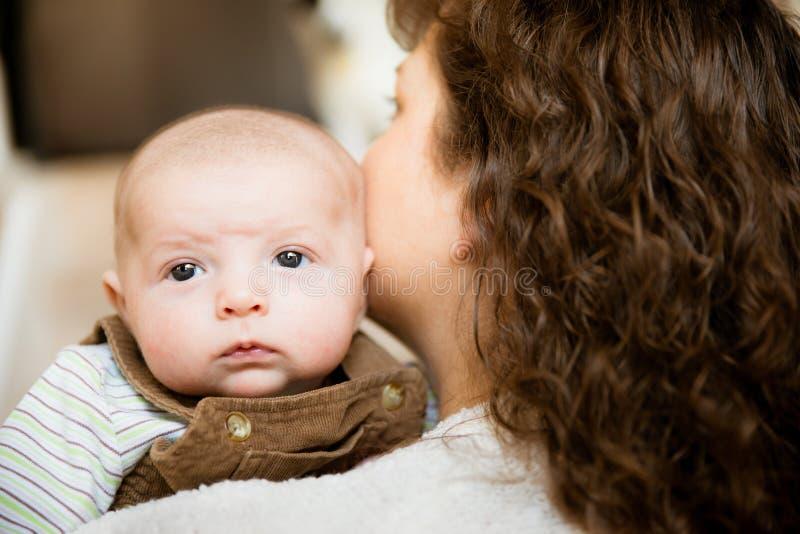 Bébé tenant sa tête pendant la première fois images stock