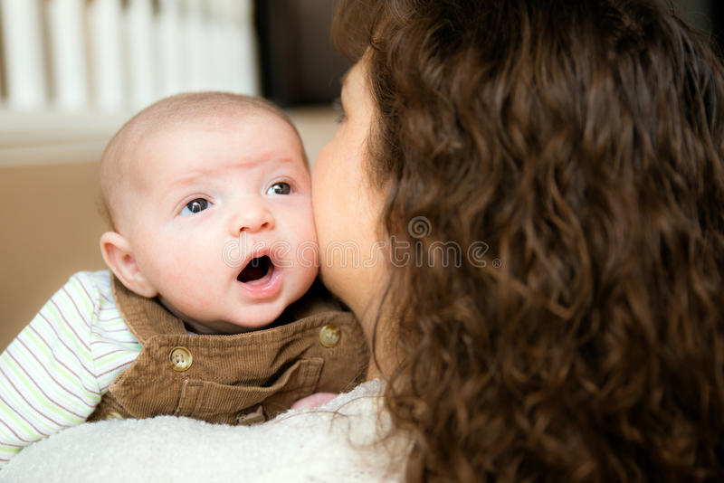 Bébé tenant sa tête pendant la première fois photos stock