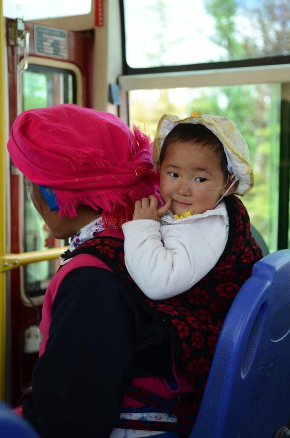 Bébé tibétain local sur l'autobus photo libre de droits