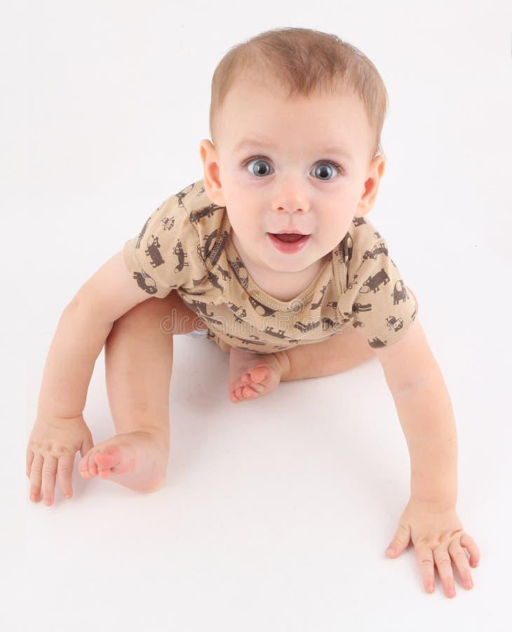 Bébé très heureux avec des yeux bleus sur le mouvement photos stock