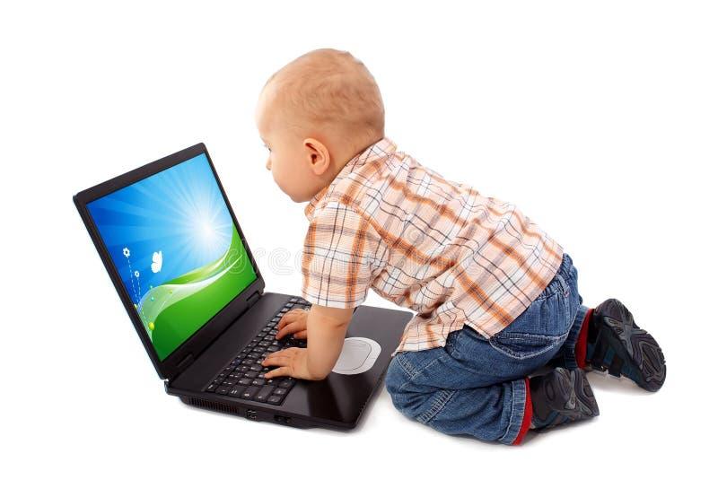 Bébé travaillant sur l'ordinateur portatif image libre de droits