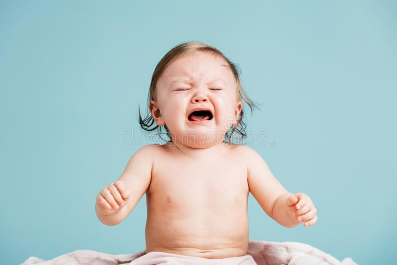 Bébé triste s'asseyant et pleurant photographie stock