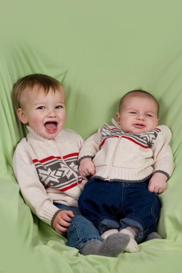 Bébés dans des vêtements de l'hiver photos libres de droits