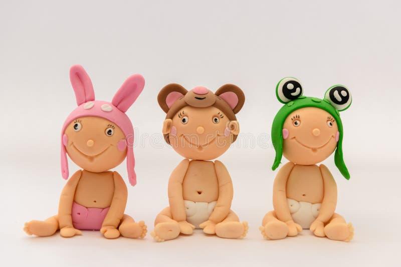 Bébés faits maison mignons de sugarpaste avec les chapeaux animaux images stock