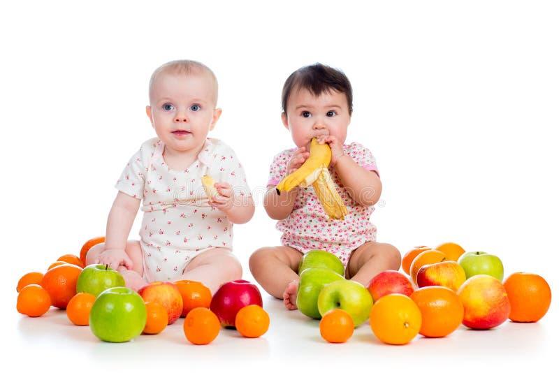 Bébés mangeant des fruits images libres de droits