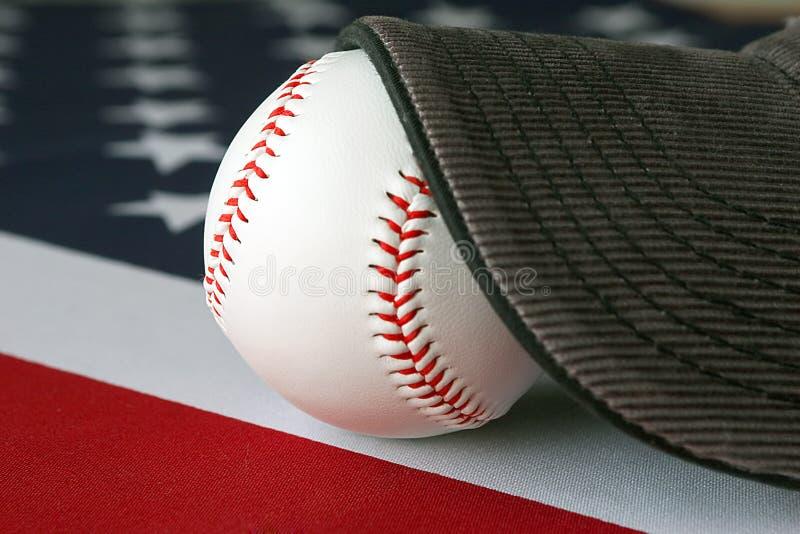 Béisbol americano y casquillo imagen de archivo