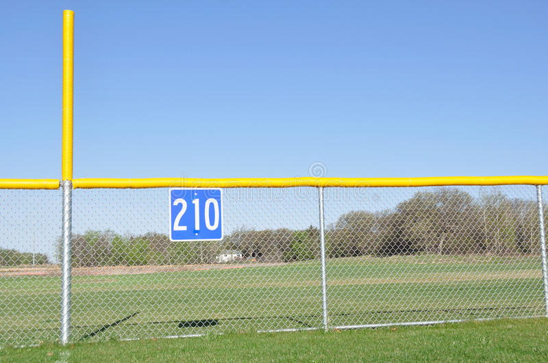 Béisbol cerca asquerosa de poste y del campo abierto imágenes de archivo libres de regalías
