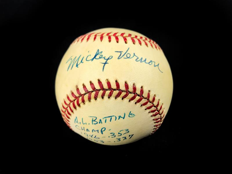 Béisbol del vintage firmado por el jugador de béisbol Mickey Vernon imágenes de archivo libres de regalías
